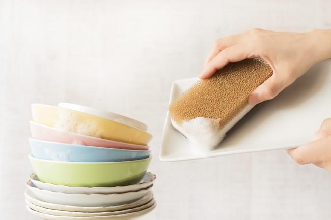 スポンジで食器洗いをしているところ