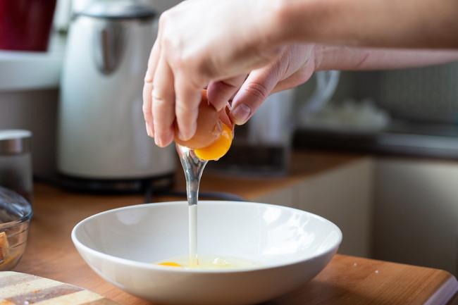 お皿に生卵を割っているところ