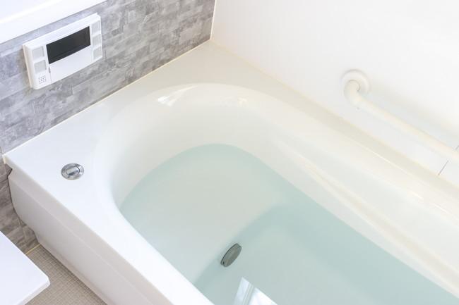 お湯の入ったバスルームのバスタブ