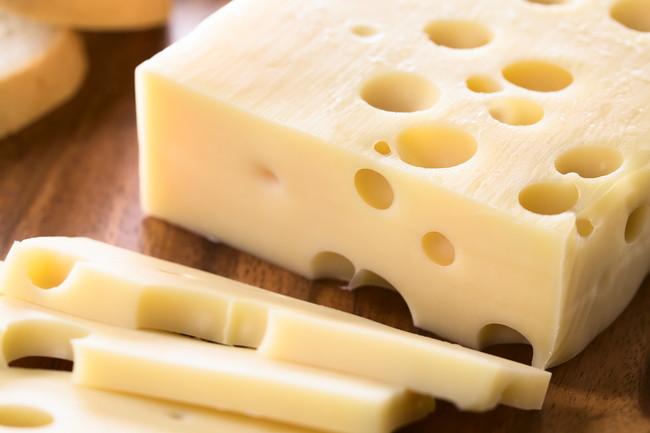チーズをスライスしているところ