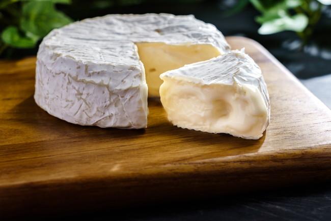 カッティングボードの上のチーズ