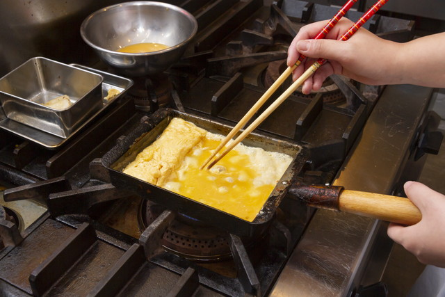 卵焼きを作る様子、業務用のキッチン