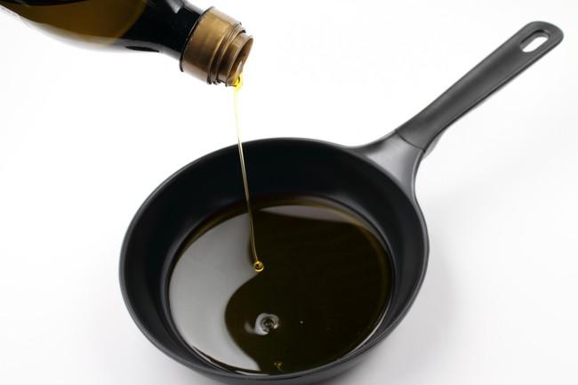 フライパンとオリーブ油