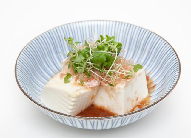 豆腐に添えたブロッコリースプラウト