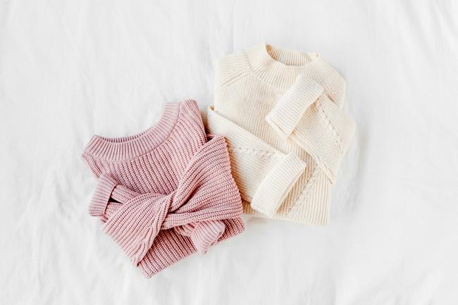 白とピンクのセーター