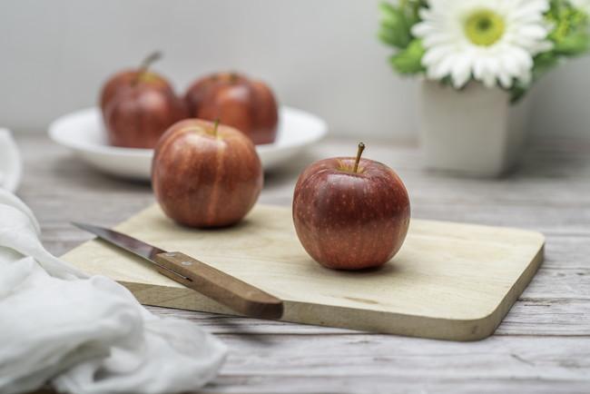 まな板とリンゴ