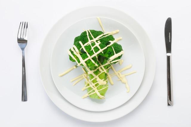 白い丸い皿にマヨネーズのかかったブロッコリー