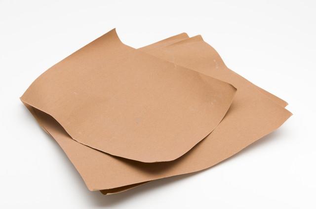 茶色い三枚の紙ヤスリ、サンドペーパー