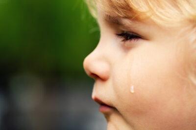 泣き顔の子供の横顔