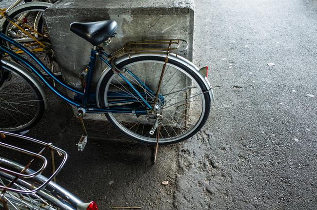 人目に付きにくい場所に駐輪している自転車