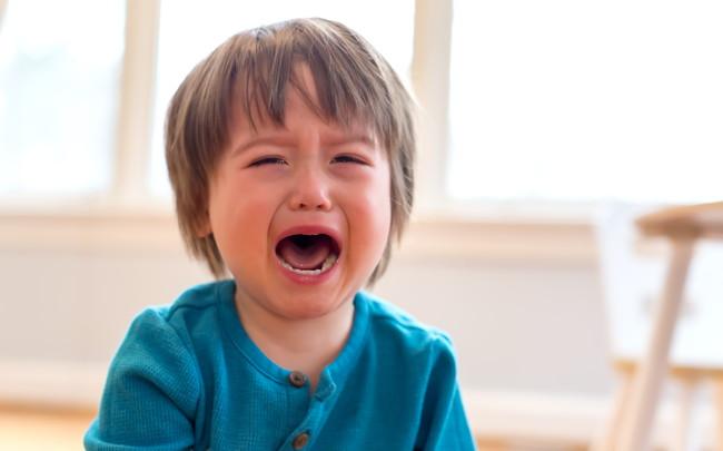 泣きじゃくっている幼児