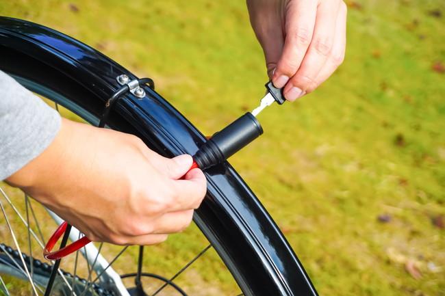 自転車にロックをかけているところ