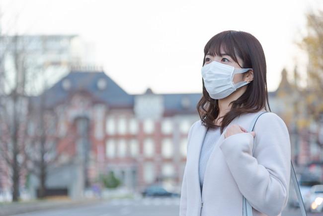 マスクをして外出している女性