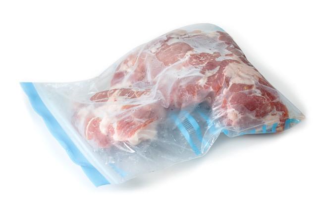 フリーザーバッグに凍った豚肉