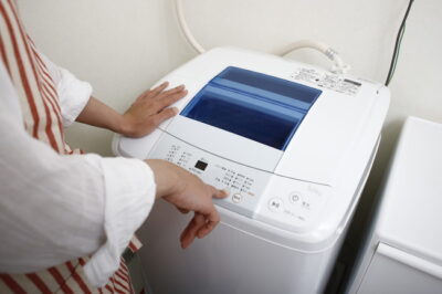 洗濯機のボタンを選んでいるところ