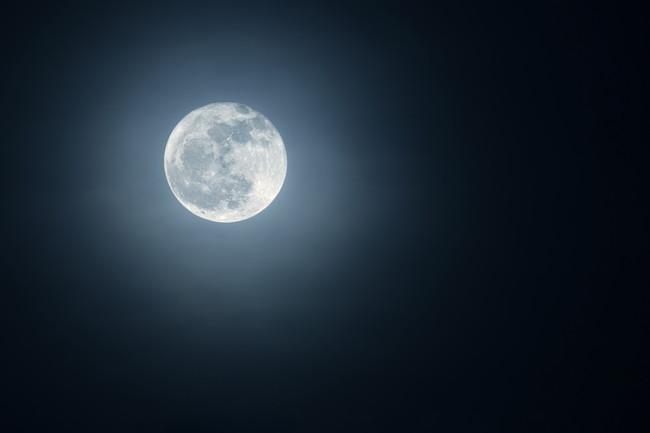 夜空に輝く美しい月