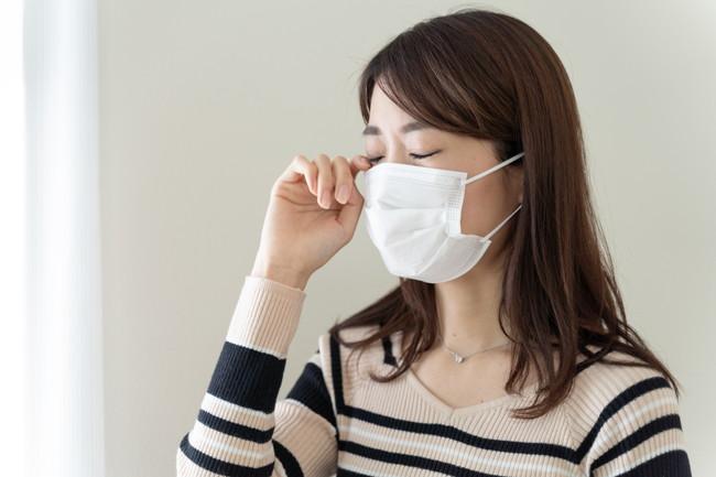 マスクをして目をかこうとしている女性