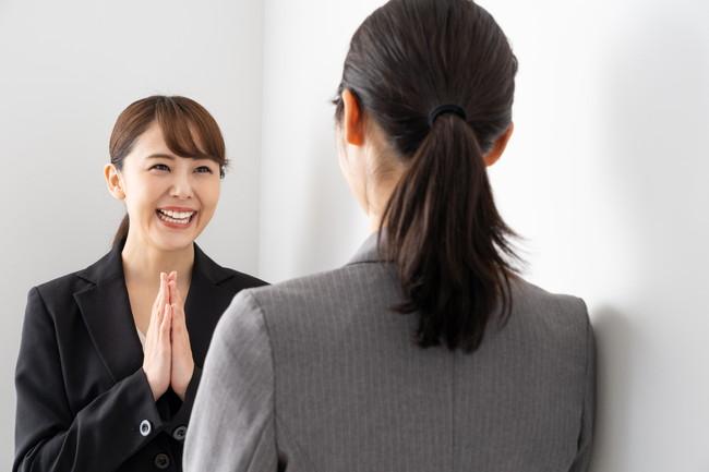 お願いごとをしているビジネス女性