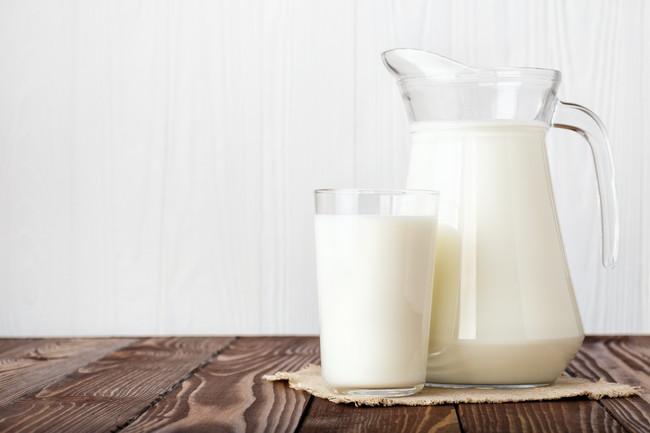 牛乳の入ったデキャンタとグラス