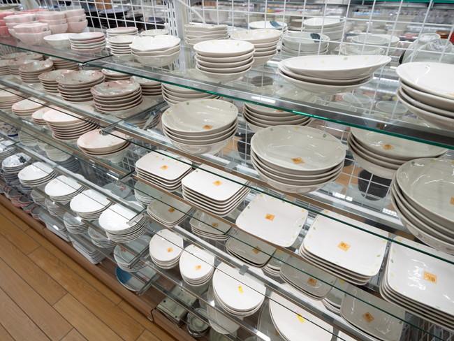 食器売り場に陳列されている食器