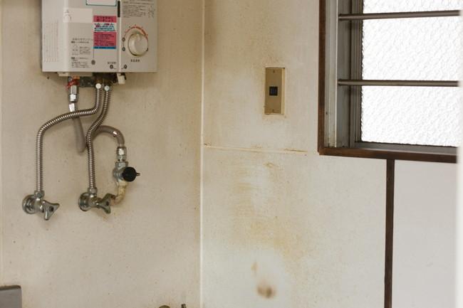 油汚れで黄ばんだキッチンの壁