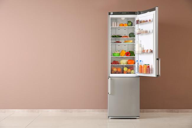 扉の開いた冷蔵庫