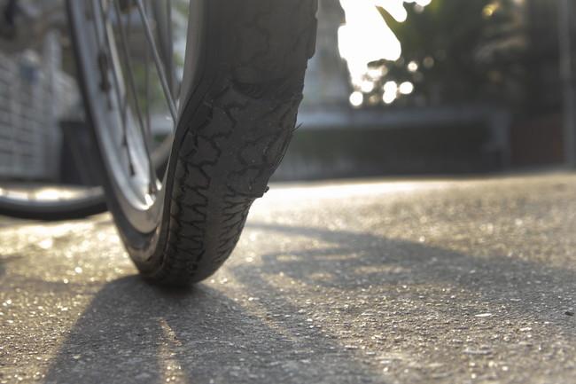 パンクしている自転車のタイヤ