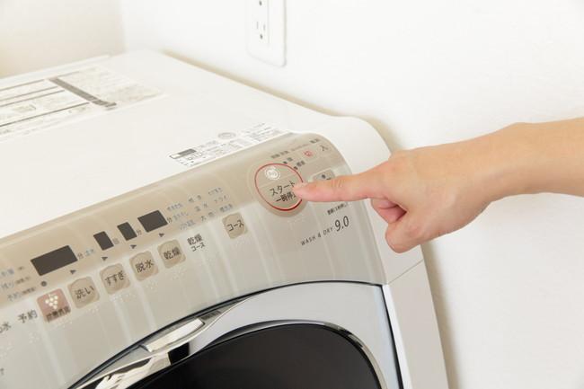 洗濯機のボタンを押すところ