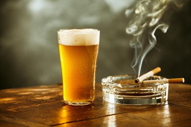 ビールと吸いかけのタバコ