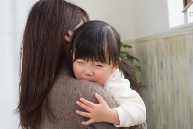 母親に抱っこされている子供