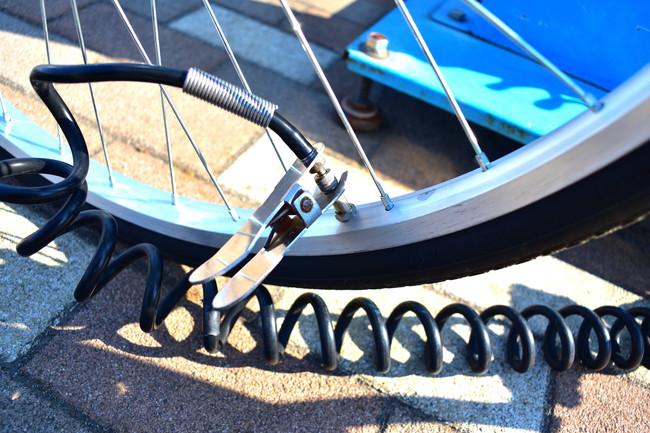 自転車のタイヤに空気を入れる