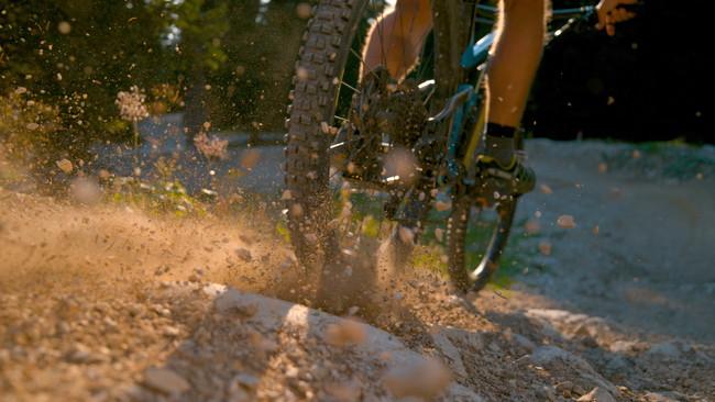 山道を走る自転車