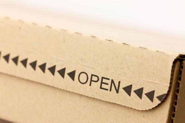 OPENと書かれた紙製の箱のアップ