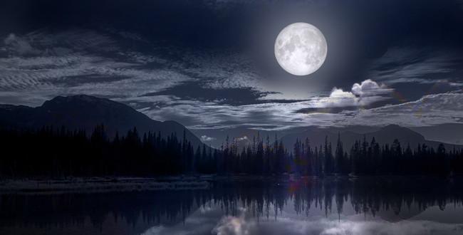 湖の上の満月