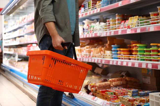 スーパーで買い物をしている男性