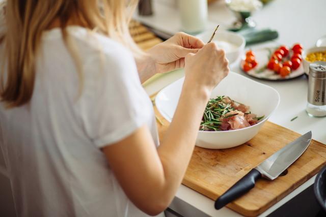 調理する女性、まな板に包丁