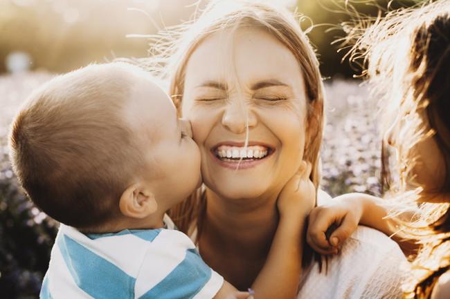 母親にキスをする子供