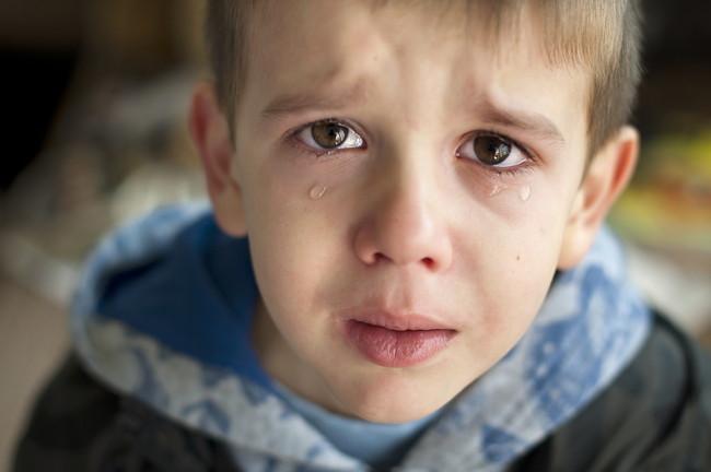 涙を流している子供