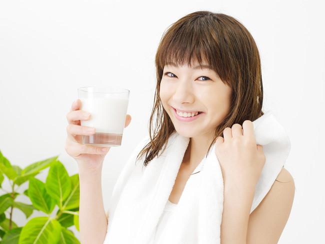 グラスに入った牛乳を飲む女性