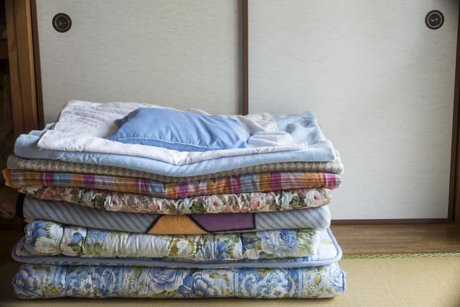 畳の上に重ねた布団