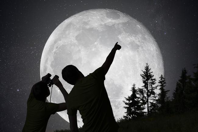 天体観測をしている親子