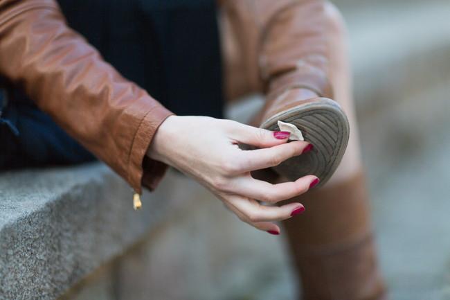 手で靴の裏にガムを取る