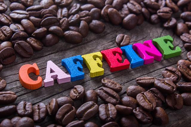 カフェインの文字とコーヒー豆