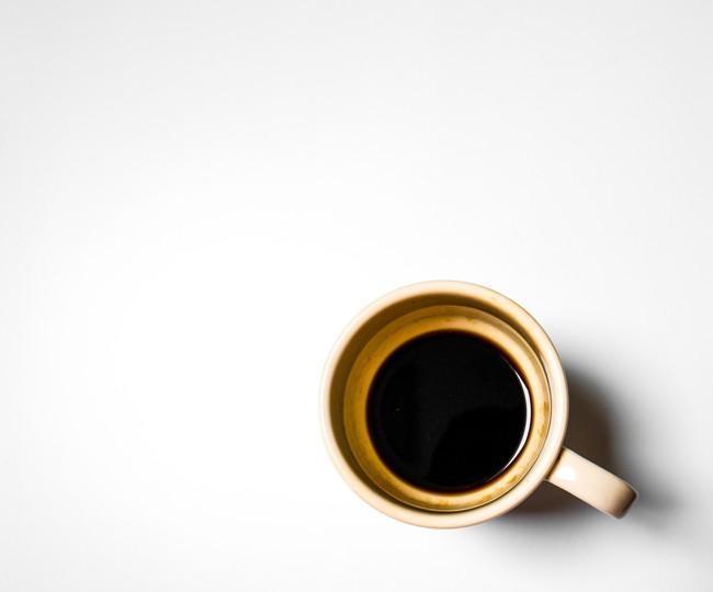 茶渋がついたコーヒー入りのカップ