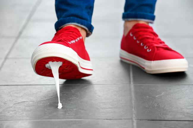 赤い靴でガムを踏んだ様子