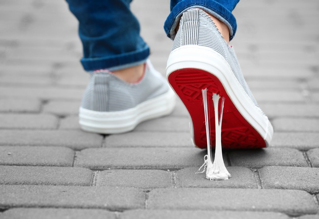 ガムを踏んだグレーの運動靴