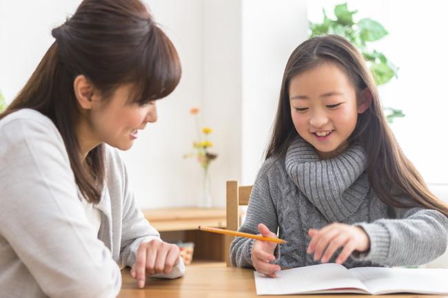 親子で勉強に取り組む様子