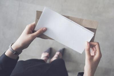 手紙を開ける女性