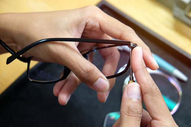 伊達メガネを修理する様子