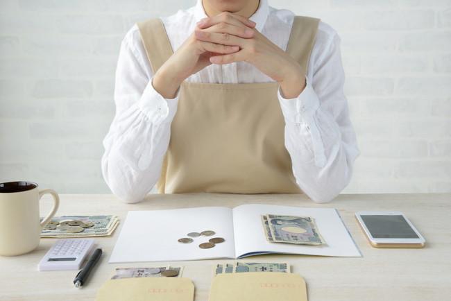 お金の整理をする女性